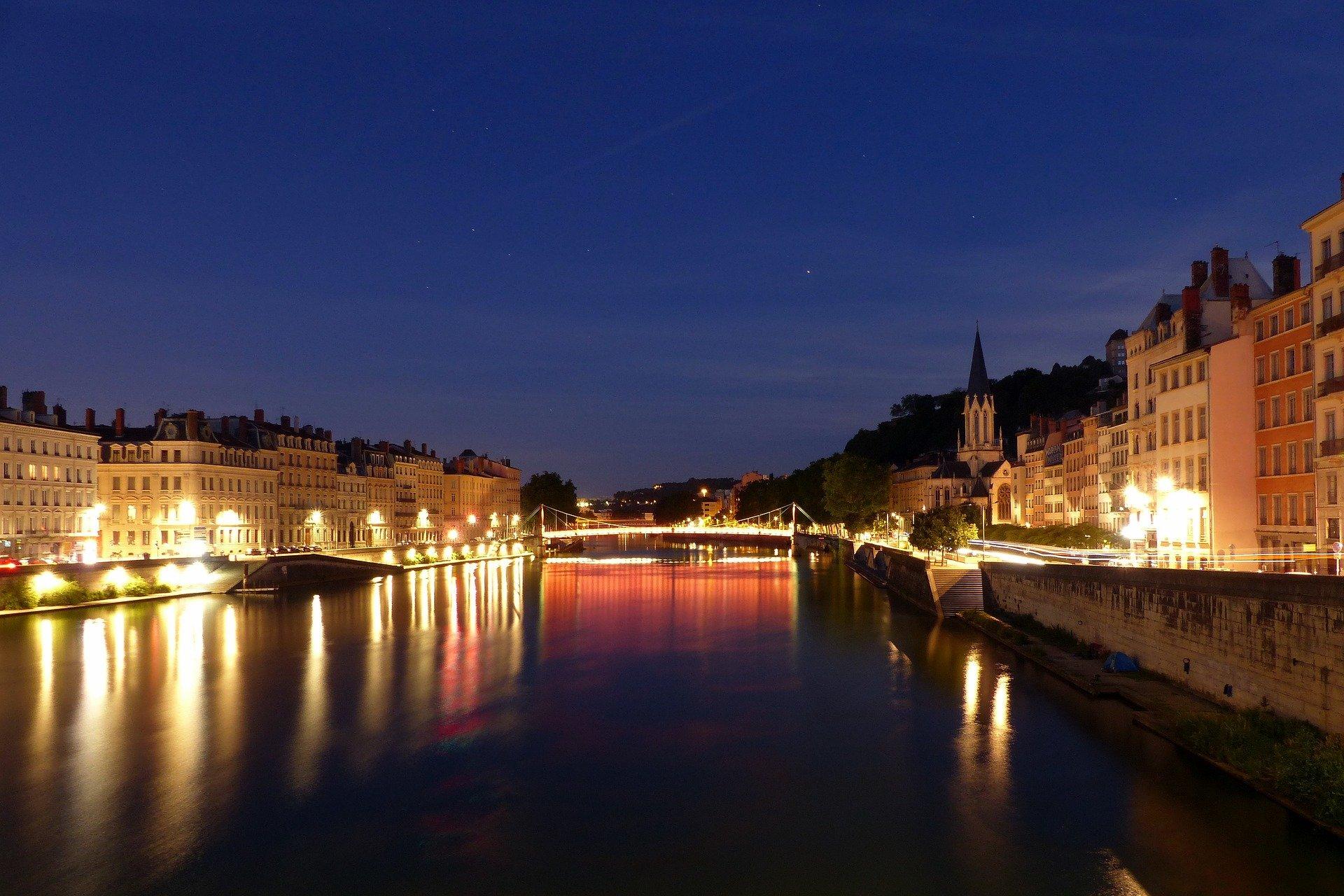 image de lyon de nuit qui est classée 2ème des villes où investir en Loi Pinel